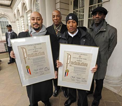 Kharey Wise ja Raymond Santana (kuvassa edessä) esittelivät syyttömyydestään saamia todistuksia New Yorkissa.