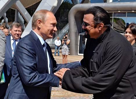 Seagal fanittaa Putinia ja on kutsunut häntä aiemmin maailman mahtavimmaksi johtajaksi. Seagal sai 2017 maahantulokiellon Ukrainaan, koska hän esiintyi Venäjä-mielisten separatistien keskuudessa Krimillä blues-konsertissa.