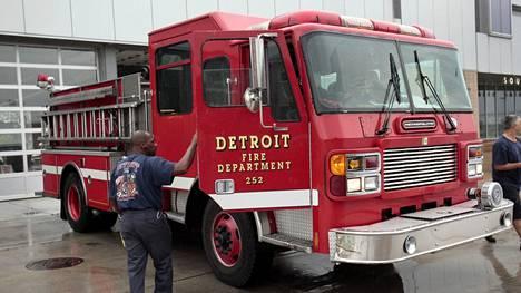 Detroitilainen paloauto kuvattuna vuonna 2013. Ray pelkäsi, etteivät lapset voi odottaa palokunnan saapumista, joten hän syöksyi itse tulessa olevaan taloon.