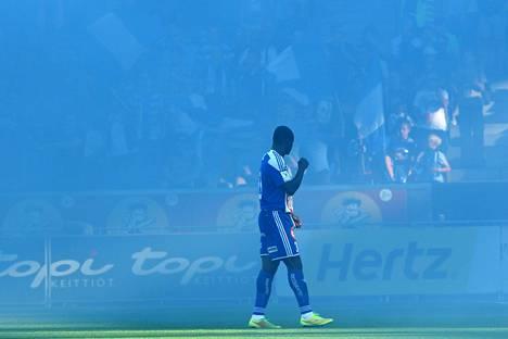 Taye Taiwo ihmetteli viime kaudella HJK:n fanien aikaansaamaa savumerta.