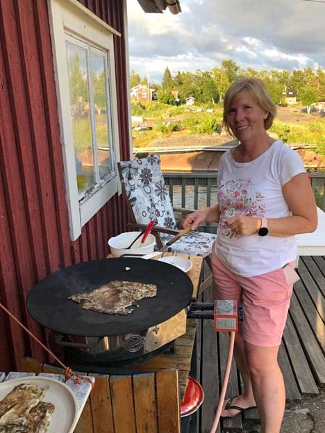 Mökkiterassilla paistetut letut kuuluvat Anna-Maja Henrikssonin perheen kesään.