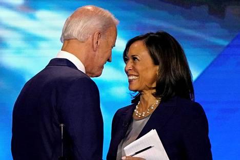 Joe Biden ja Kamala Harris jaksoivat hymyillä toisilleen tiukan tv-väittelyn jälkeen viime syyskuussa.