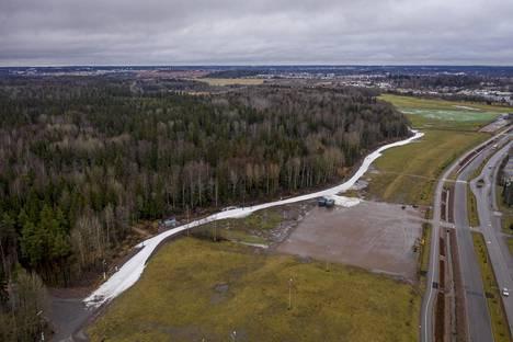 Helsingin Paloheinässä kulkeva puolen kilometrin ladunpätkä erottui selvästi lumettomassa maisemassa. Kuva on otettu tammikuun alussa.