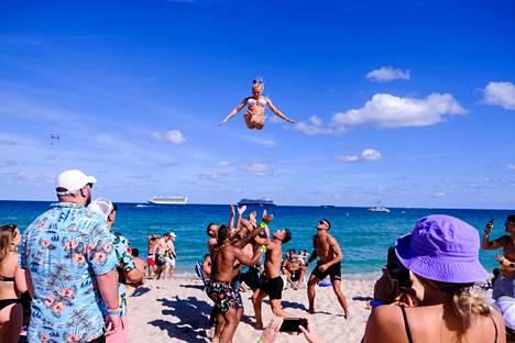 Nuorta naista heiteltiin ilmaan rannalla Fort Lauderdalessa.