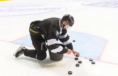 Liigajoukkueen nuorimpana pelaajana Kaapo Kakko kerää kiekot harjoitusten jälkeen.