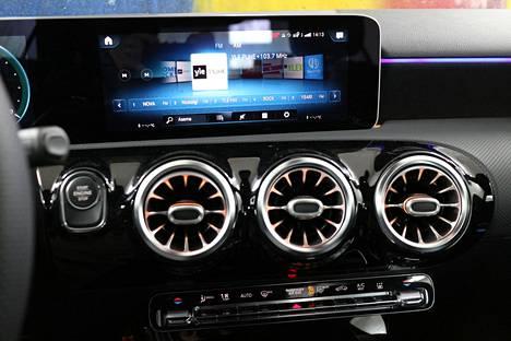 Tunnelmavalaistusta voi säätää mieleisekseen. Mercedes-Benzin MBUX-multimediajärjestelmä on ottanut taas pari askelta eteenpäin.