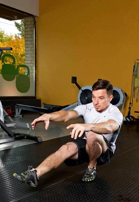 2. Pistoolikyykky Seiso yhdellä jalalla, pidä toinen jalka suorana edessä ja laskeudu rauhallisesti alas. Tätä vaativaa liikettä voi tehdä aluksi kevennettynä niin, että tuet toisella jalalla varsinaista ponnistusjalkaa. Myös kuminauhan voi ottaa avuksi helpottamaan. Jos liikkuvuutta ei ole tarpeeksi, ei kannata yrittää heti syvintä kyykkyä. Liikkuvuus lisääntyy pikkuhiljaa. Syvässä kyykyssä joutuvat etu- ja takareidet sekä pakarat kunnolla töihin. Keskivartalon lihakset joutuvat rasitukselle, koska joudut hakemaan koko ajan tasapainoa.