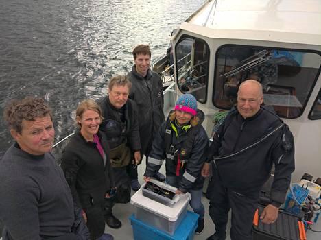 Meriarkeologisen seuran vapaaehtoisia ihailemassa löytöjä.