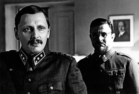 Jaakko Pakkasvirran 1981 ohjaama Pedon merkki perustuu Olavi Paavolaisen Synkkään yksinpuheluun. Hannu Lauri esitti Paavolaista, vieressä Esko Salminen.