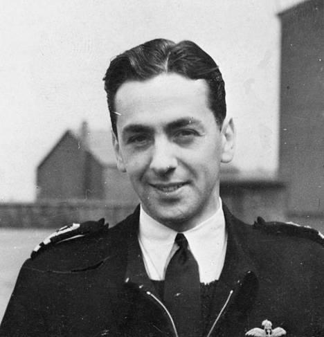 Eric Melrose Brown opiskeli lentäjäksi Skotlannissa.