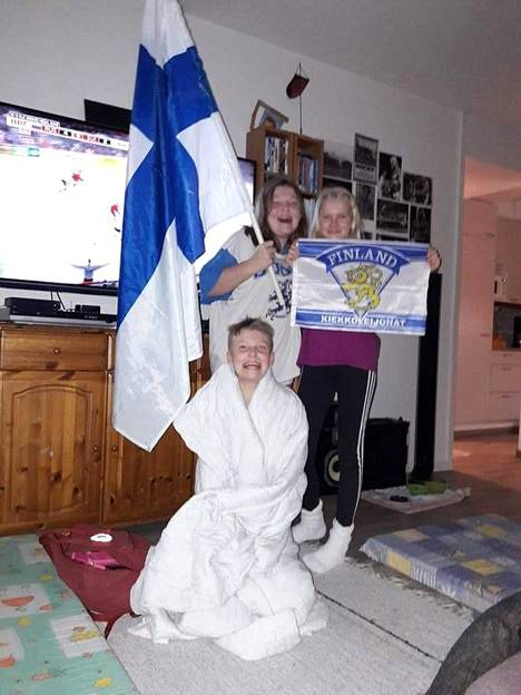 Tsemppiä! Markku Höltän poika Aatu, tytär Emilia ja tyttären ystävätär Tea valmistautuvat kannustamaan Suomea jo pronssiottelun aikana.