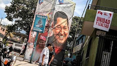 Tukijoiden juliste Venezuelan presidentistä Hugo Chavezista sairaalan ulkopuolella Caracasissa.