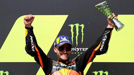 Brad Binder pääsi juhlimaan MotoGP-luokan MM-osakilpailuvoittoa Tshekissä.