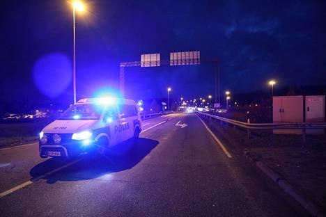 Poliisi joutui sulkemaan rampille johtavan liikenteen raivaamisen ajaksi.