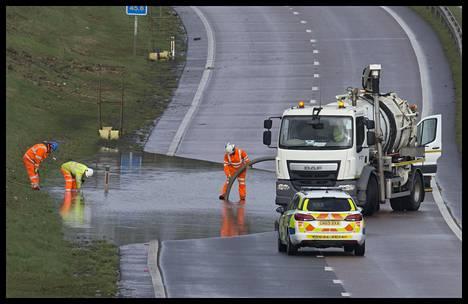 Britanniassa myrsky tekee jo tuhojaan. Tonbridgessä vesi nousi tielle.