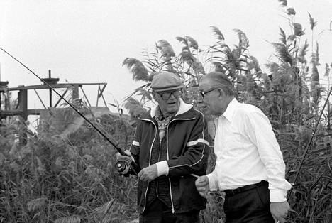 Urho Kekkonen ja Vladimirov kalassa Neuvostoliitossa. He jakoivat harrastuksen myös Suomessa. Kekkosen saaliin piti aina olla parempi.