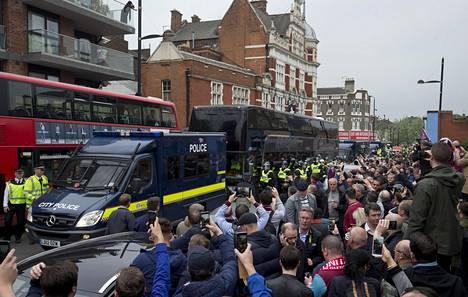 Kamerakännykät olivat ahkerassa käytössä niin bussin ulkopuolella kuin sen sisälläkin. Manchesterilaisten pelaajat julkaisivat videoita bussin tunnelmista.