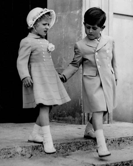 Prinsessa Anne ja prinssi Charles kuvattuna Maltalla toukokuussa 1954.