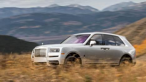 Rolls-Royce Cullinanin muotoilu on saanut paljon moitteita, mutta auto on luonnossa paljon harmonisemman näköinen kuin kuvissa. Kookkaan katumaasturin omaperäisiin linjoihin tottuu nopeasti.