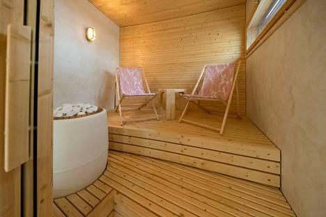 Lauteiden sijaan saunassa voi istua myös tuoleilla kuten kohteen 7 hempeässä saunassa tehdään.