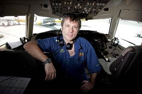 Dickinson, 50, on työskennellyt kohta jo vuosikymmen lentokapteenia Astraeus-yhtiöllä.