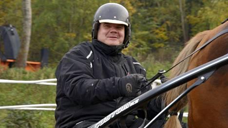 Mika Mäkelä pyörittää 12 suomenhevosen kilpatallia Vihdissä.