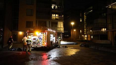 Pelastuslaitoksen palomiehet poistumassa palokohteesta Espoon Suurpellossa.