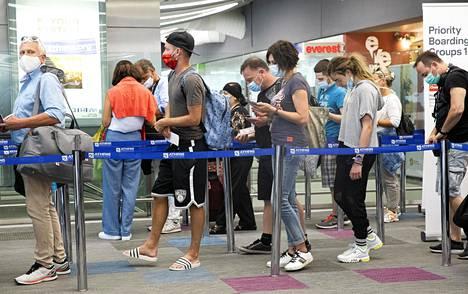Kasvomaskien käyttäminen on pakollista lentokentillä ja koneessa koko lennon ajan.