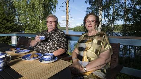Sään salliessa päärakennuksen terassilla syödään aamiaista ja kahvitellaan. Terassilla on myös pieni yrttitarha.