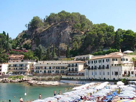 Mazzaron rannalla Taorminassa kelpaa paistatella päivää jylhissä maisemissa.