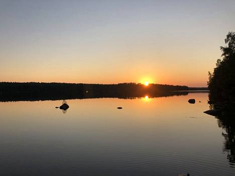 Upeimmillaan järvi on auringonlaskun aikaan.