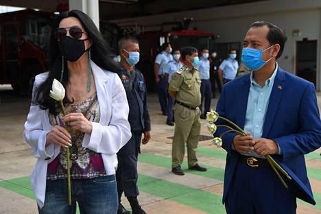 Cher odotti Kaavanin saapumista Kambodzhaan maan varaympäristöministerin Neth Pheaktran seurassa.