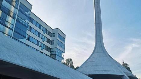 Keski-Vuosaaren maamerkin, vuonna 1973 valmistuneen lämpövoimalan, korkean tornin esikuva löytyy Ruotsin Göteborgista. Kuva on lukijan ottama.