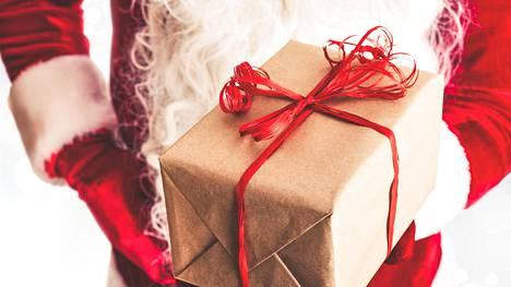 Yksi joulupukkina toimivista kertoo lahjojen jakamisen tuovan joulumielen.