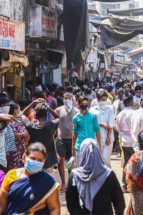 Koko Intia on määrätty ulkonaliikkumiskieltoon ja ihmisiä on käsketty eristäytymään muista. Dharavissa tämä ei ole käytännössä mahdollista, kuten perjantaina alueella otettu kuva osoittaa.