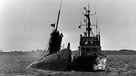 Tällainen näky kohtasi paikallista kalastajaa aamulla. Hän oli ensimmäinen, joka havaitsi kiveen juuttuneen sukellusveneen.
