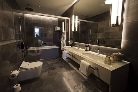 St. George -hotellin verkkosivujen mukaan nimikkosviitin kylpyhuoneessa on käytetty luonnonkivilaattoja. Oheinen kuva on otettu saman hotellin Ateljee-huoneen kylpyhuoneesta, jossa on myös luonnonkivilaattoja.
