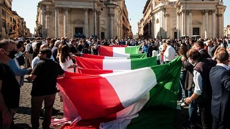 Mielenosoittajia Roomassa, Italian tasavallan kansallispäivänä 2. kesäkuuta 2020.