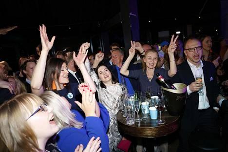 Kokoomuksen vaalivalvojaisissa juhlittiin paitsi vaalivoittoa myös Suomen kiekkokultaa.