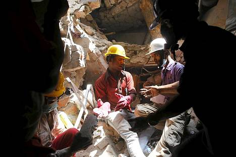 Bangladeshissa löytyi vielä sunnuntaina useita eloonjääneitä tehdasrakennuksesta, joka romahti keskiviikkona.