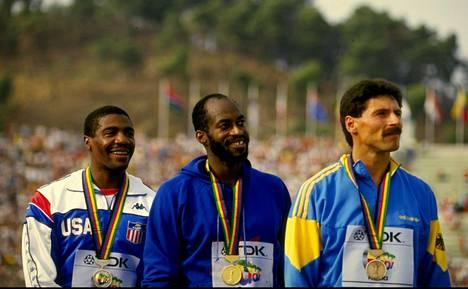 Yhdysvaltojen tähdet Danny Harris (vas.) ja Edwin Moses sekä Länsi-Saksan Harald Schmid palkintojenjaossa Rooman MM-kisoissa 1987.
