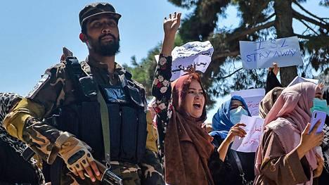 Afganistanilaiset naiset ottivat osaa Pakistanin vastaiseen mielenosoitukseen Kabulissa 7. syyskuuta. Taleban valvoi mielenilmausta, ja taistelijat ampuivat ilmaan hajottaakseen väkijoukon.