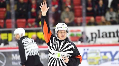 Mihin Jari Levonen katosi SM-liigakaukaloista? Suosikkituomarin poissaolo kummastuttaa kiekkopiireissä