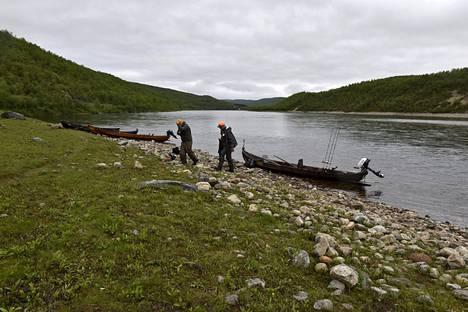 Kalastajia Utsjoen Tenojoella heinäkuun alussa.