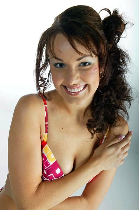 Suvi Hartlin sijoittui vuoden 2003 Miss Suomi -kilpailussa toiseksi perintöprinsessaksi. Myöhemmin samana vuonna hän sijoittui samalle sijalle Japanissa järjestetyssä Miss International -kilpailussa.