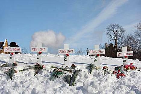 Viisi valkoista ristiä pystytettiin Illinoisin ampujan uhrien muistoksi.