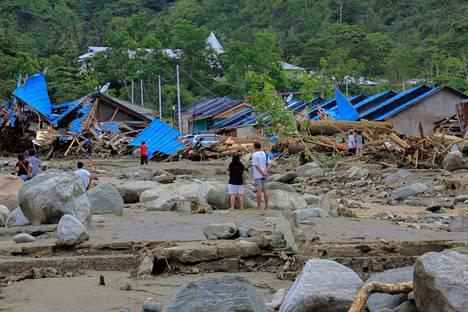 Romahtaneita taloja Sentanissa, Papuan provinssissa.