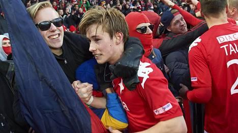 Fredrik Lassas fanien syleiltävänä viime kauden Stadin derbyn jälkeen.