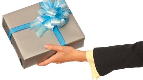 Yhä useampi pyytää lapsen lahjan rahana. Kuvituskuva.
