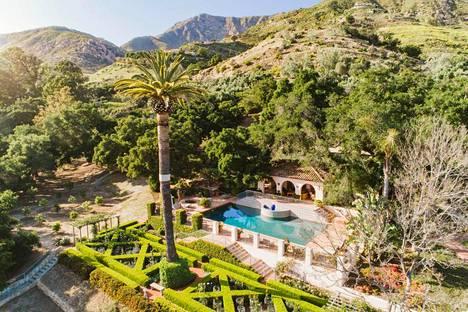Katy Perry ja Orlando Bloom muuttavat noin 135 kilometrin päässä Los Angelesista sijaitsevaan ylelliseen kartanoon, johon kuuluu useita rakennuksia ja hulppeat ulkotilat.
